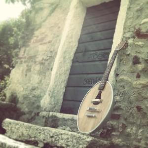 La 'chitarra lampione' in materiali riciclati